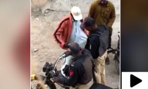 کراچی میں پولیس کی سرِ عام رشوت وصولی