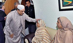 Zardari visits Munoo Bhai's family