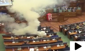 پارلیمنٹ میں آنسو گیس کی شیلنگ