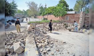 پشاور میں سیکیورٹی دیوار توڑ دی گئی، 2 چیک پوسٹ پولیس کے حوالے