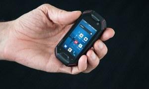 پانی میں بھی کام کرنے والا دنیا کا سب سے چھوٹا فون