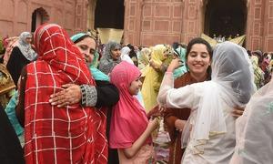 عید کا پرمسرت موقع، ہر سو خوشیوں کے رنگ