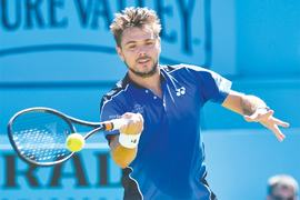 Wawrinka eases to early win at Queen's