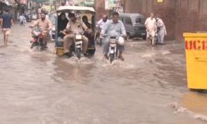 لاہور میں موسلا دھار بارش، حادثات میں 8 افراد جاں بحق