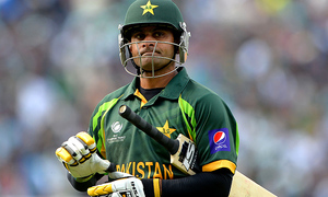 Hafeez considering retirement due to 'discriminatory treatment': sources