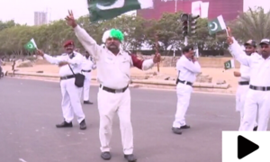 کراچی کے ٹریفک اہلکاروں کا آزادی رقص