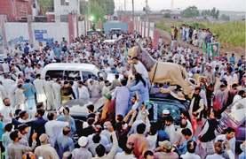 Sharifs greeted by jubilant PML-N workers outside Adiala