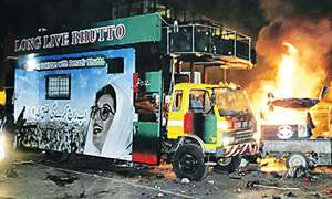 سانحہ 18 اکتوبر: کس نے کیا دیکھا؟