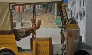 کراچی: 'غلط چالان' پر خودسوزی کرنے والا رکشہ ڈرائیور چل بسا