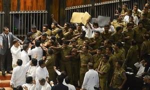 سری لنکن پارلیمنٹ میں دوسرے روز بھی میدان جنگ کی صورت حال