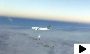 سعودی ولی عہد کے طیارے کو حفاظتی حصار میں لینے کے مناظر