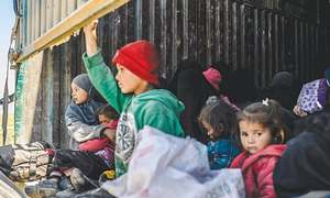 Hundreds of civilians leave IS-held enclave in Syria