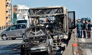 اٹلی: ڈرائیور کے ہاتھوں اسکول کے 51 بچے یرغمال، بس نذر آتش