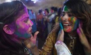 ہندو برادری کا رنگوں بھرا تہوار ہولی