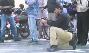 کراچی: احتجاج کرنے والے اساتذہ پر پولیس کا لاٹھی چارج، واٹر کینن کا استعمال