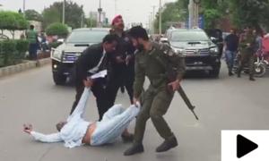 انصاف کا مطالبہ کرتا شخص وزیراعلیٰ پنجاب کی گاڑی کے آگے لیٹ گیا