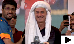 لیور پول کے سابق فٹبالر آئن رش کا لیاری کا دورہ