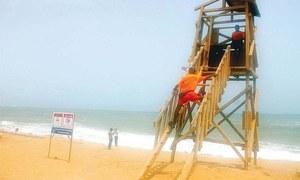 کراچی کے ساحلوں پر زندگی اور موت کا کھیل