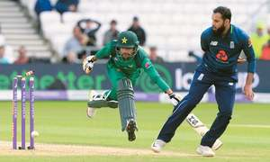 Woakes wraps up England rout of Pakistan