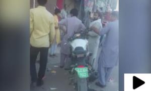 لاہور میں نوجوانوں کا ڈولفن فورس کے اہلکاروں پر تشدد