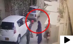 کراچی میں دن دیہاڑے خاتون سے لوٹ مار