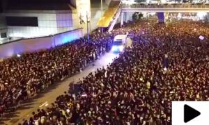 عوامی احتجاج کے دوران لاکھوں افراد کی ایمبولینس کے لیے راہ ہموار