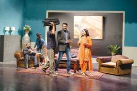 Audience applauds Nehlay Pay Dehla at Alhamra