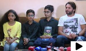 شاہد آفریدی کی کراچی میں اپنے مداح کو  کینسر کے علاج کی پیشکش