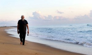 Modi picks up trash from seaside town while hosting Chinese President Xi Jinping