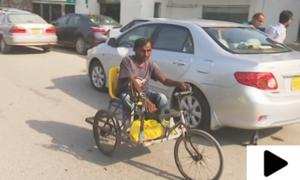 کراچی کے نوجوان نے معذوری کے باوجود مزدوری کا راستہ چن لیا