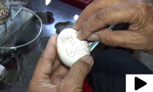 انڈے کے چھلکے پر نقش و نگار بنانے والا فنکار
