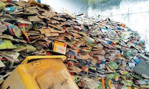 انتظامیہ کی 'غفلت'، ہزاروں درسی کتب سرکاری اسکول میں رکھے ہوئے بوسیدہ ہوگئیں