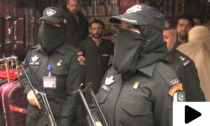 پشاور کے بازاروں میں خواتین پولیس کمانڈوز کا آزمائشی گشت