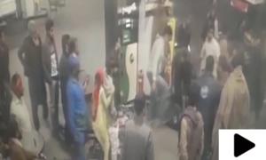پیٹرول جلدی نہ ڈالنے پر شہریوں کا پمپ ملازم پر تشدد