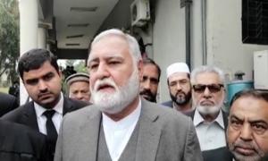 اکرم درانی کے وارنٹ گرفتاری کا جواز پیش کرنے کیلئے مواد دستیاب نہیں، نیب کا اعتراف
