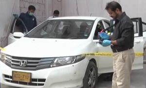 Karachi policemen fire at vehicle, killing one, injuring another