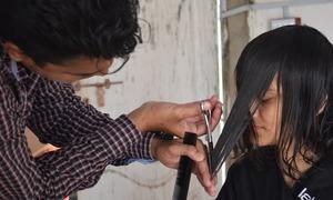 'جاؤ، اپنی ماں بہن کے بال کاٹ کر پیسہ کما لو'