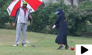 عبایا پہن کر عالمی مقابلوں میں حصہ لینے والی پاکستانی گالفر