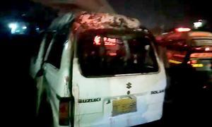 کراچی: چلتی گاڑی میں آگ لگنے سے ایک ہی خاندان کے 6 افراد جاں بحق