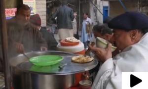 شیخ رشید کے عوامی انداز میں ناشتے کی ایک اور ویڈیو سامنے آگئی