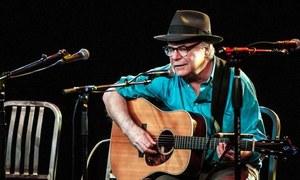 امریکی فوک گلوکار پرفارمنس کے دوران چل بسے