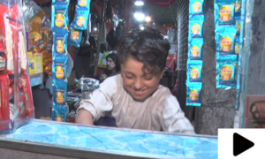 گھر والوں کی کفالت کے لیے روزی کماتا کراچی کا 10 سالہ بچہ