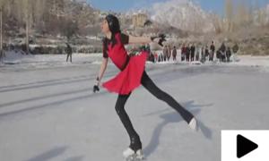 پاکستانی فگر اسکیٹر ملاک ظفر کے برف پر کرتب دکھانے کی ویڈیو وائرل