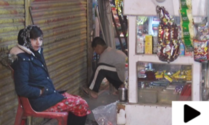 کراچی کی 12 سالہ وریشہ والد کا ہاتھ بٹانے کے لیے کیبن چلانے لگی