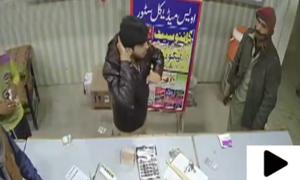 فیصل آباد میں ڈاکوؤں کی اسلحے کے زور پر میڈیکل اسٹور میں لوٹ مار