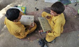 زبان کی پابندی سے احتیاط کیجیے، بچہ جس زبان میں چاہے پڑھنے دیجیے!