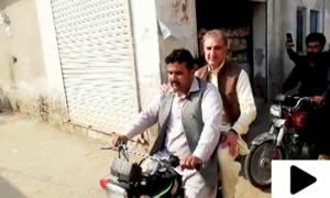 وزیر خارجہ شاہ محمود قریشی کا موٹر سائیکل پر اپنے حلقے کا دورہ