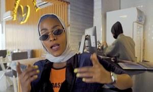 'مکہ گرل' ویڈیو بنانے والی باحجاب ریپر کی گرفتاری کا حکم