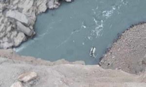 اسکردو: کوسٹر دریا میں جاگری، تمام 25 مسافر جاں بحق