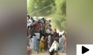 حیدرآباد میں مستحق افراد کیلئے راشن کے ٹرک کو تقسیم سے قبل لوگوں نے لوٹ لیا